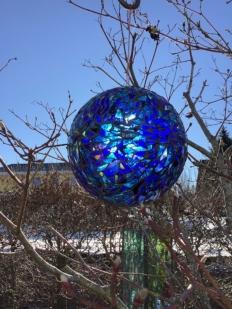 blaue Kugel im Januarlicht 2021